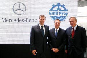 S leva: Peter Alexander Trettin, Rolf-Juergen Seyerle, trenutni generalni direktor Mercedes-Benz SCG i Walter Frey