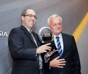 Prestižan trofej je iz ruku predsednika žirija, Pieter Wieman (desno), preuzeo Stephen Lesh, glavni inženjer Transit Connect  programa