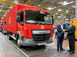 Petohiljaditi DAF sa nadgradnjom proizvedenom u matičnoj fabrici direktoru flote i usluga održavanja Royal Maila, Paulu Gattiju (levo) predao je generalni direktor Leyland Trucksa, Ron Augustyn