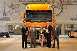 S leva: Ron Bonsen, direktor marketinga i prodaje DAF Trucks, Alexander Glus, glavni urednik časopisa Polski Traker, Boguslawa Barbare Zimmer, izdavač i vlasnik časopisa Polski Traker, Harrie Schippers, predsednik DAF Trucks i Ron Borsboom, direktor za razvoj proizvoda DAF Trucks
