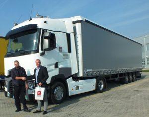 Prvom kupcu Renaulta T sa visokom kabinom u Srbiji ključeve je uručio  komercijalni direktor  CES regiona Renault Trucks Cornmercial, Zoltan Tringer
