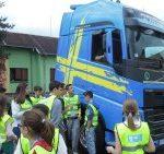 Učenici osnovne škole iz Kraljeva u programu saobraćajne edukacije Volvo kamiona